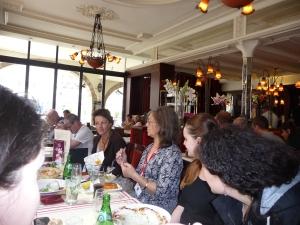 De l'autre côté de la table, l'ambiance a l'air bonne...