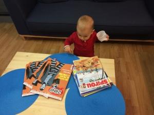 L'un des plus jeunes clients de la librairie, en pleine découverte de Spirou